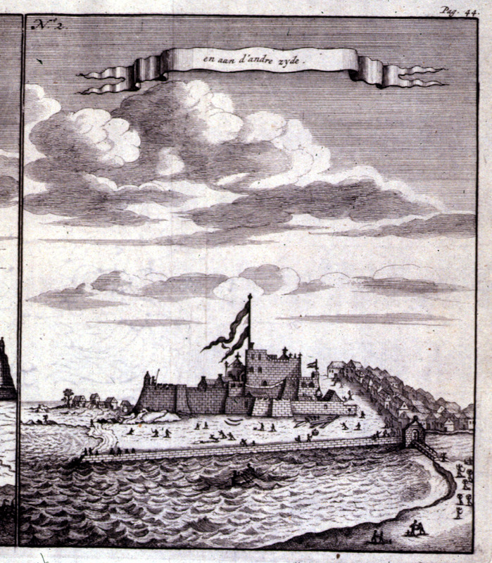 """And on the other side"" (caption translation). This image illustrates Elmina castle in the Voltaic region. The view from the sea shows an African village to left and right. Bosman was an official of the Dutch West India Company and chief factor at Elmina. See also Christopher DeCorse, An Archaeology of Elmina: Africans and Europeans on the Gold Coast, 1400-1900 (Smithsonian Institution Press, 2001). Refer also to image D020."